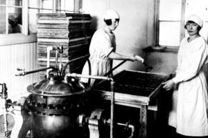 I början av 1920-talet stod Ahlgrens moderna konfektyrfabrik på Brynäs klar. Här ser vi hur de färdiga tabletterna ångades för att få den rätta finishen.