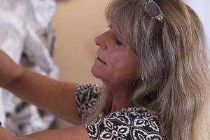 Silja-Satu Kirchgaesser är drivkraften bakom Vändplatsen, en kommunal verksamhet för de som behöver stöd och hjälp - och som vill skapa konst tillsammans.
