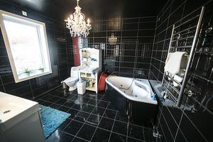 Ett av badrummen glittrar och går helt i svart. Thomas målade taket och sprejade glittersprej innan färgen hade torkat. När han ligger i badkaret har han utsikt över fjällvärlden.