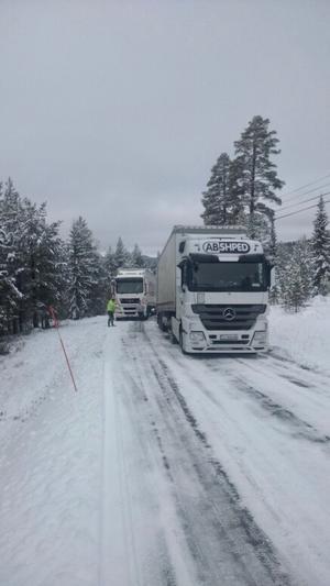 Två lastbilar har kört fast i Kröketbacken.