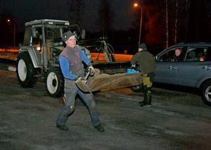IOGT-NTO;s vaktmästare Per Magnusson grusar på parkeringen för besökarnas säkerhet.