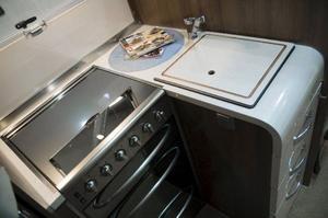 Vinkelköket finns i många husbilar. Köket på bilden är från McLouis Tandy 673 G (från 629 000 kronor).