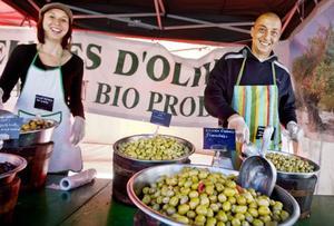 Annabelle Cambo och Mohamed Bouhassoun från Aix-en-Provence säljer oliver.