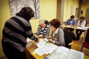 Från vänster Eva Ekendahl, Kerstin Sennstam och Birgitta Fogelberg kom fram till att en misstänkt ogiltig röst från Ragunda kommun skulle räknas som giltig.