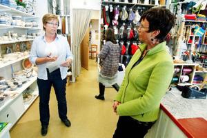 Kerstin Flod, inspektör på Arbetsmiljöverket, informerade Marie Nordlund på butiken Gaupa om viktiga säkerhetsrutiner.