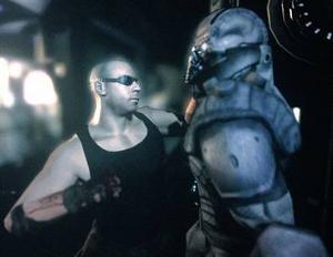 Vin Diesel fungerar perfekt i den digitala rollen som Riddick. Överraskande nog förfaller åtminstone Athena-delen av spelet aldrig till fånig machoaction.Nya Riddick är ett mörkt och bitvis riktigt läskigt spel.