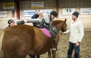 Det krävs flera på plats som hjälper till för att Fredde ska kunna rida och få sin välbehövliga träning.