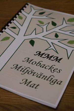Ingrids koksbok innehåller gamla recept som familjen och släkten samlat på sig. Efter varje recept har hon lagt in tips på hur man tillagar maten miljövänligt.