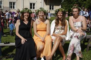 HORNDAL. Från vänster: Heidi McDonald (från Maine, USA), Emmy Norstedt, Hanna Norstedt och Ann Norstedt (alla från Avesta). Hanna Norstedt hade bestämt sig för att följa traditionen att lägga blommor under kudden på midsommaraftons kväll. Förra gången hon gjorde det drömde hon om en orm.