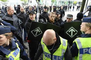 Polis på plats vid en otillåten nazistmarsch i centrala Göteborg i söndags. En planerad och tillståndsgiven demonstration hålls nästa vecka.