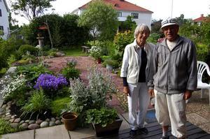 Duktiga. Aina och Gustaf Davidsson som stod som värdar för trädgårdsvandringen i år. Foto:Karolina Lundgren