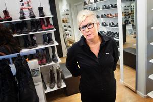 Susanne Jansson på Skohornet tror att fler Södertäljebor kommer åka till Skärholmen för att handla när p-avgifterna höjs.