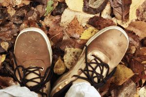 Nya skor behöver behandlas för att klara blötan, men det finns mer eller mindre miljövänliga medel att välja mellan.
