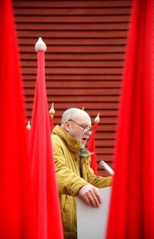 Talaren Lennart Holmsten. Han förnyade första maj i Nordanstig. Han lät kända personer utanför partipolitiken ställa sig i talartribunen. Men det hände också att han stod där själv den 1 maj.