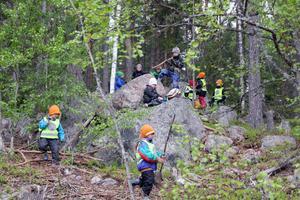 Så fort gruppen kommit fram till skogen skyndade barnen in bland stenarna och träden för att leka och upptäcka.