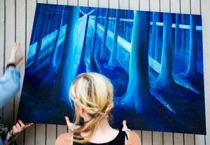 Emma Sandqvist oljemålning som med Linnea Jägemar hamnar på plats inför utställningen.