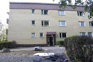 Mannen ska ha slagit sönder stora delar av sin lägenhet, burit ut delar av den och tänt eld på dem.