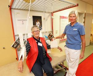 Så här behandlade man reumatiska patienter förr: stillasittande och långsamma övningar. Här syns Margareta Svanberg, ordförande i reumatiska förningen i Borlänge och sjukgymnasten Cattis Forsberg.