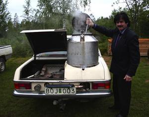 Herman Karlsson från Falun gör Karl-Erik Danielssons merceders redo för ett åk. Vedkubb fylls i pannan som tänds med speciella gengaständstickor. Foto:Lisa Olin