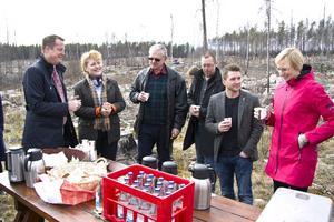 Fika i brandskogen: från vänster, Anders Ygeman, landshövding Minoo Akhtarzand, Per-Olof Rapp, Tobias Nordlander, Marino Wallsten och Åsa Eriksson.