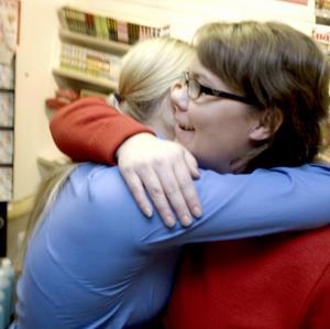 """Klockan 17.30.Angelica och chefen Anna kommer bra överens. """"Jag är en känslomänniska. Jag har lätta gråta om det kommer till den punkten. Det är två kunder som har fått mig att gråta"""", säger Angelica och ger Anna en kram."""