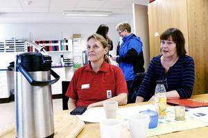 Eva Lööf planerar arbetet inom hemtjänsten i Hedesunda. Ina Fagerlind från Kommunal Gävle är på plats för att höra hur det har gått sedan de delade turerna slopades.