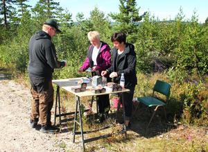 Magnus Johansson från Ljusdal tyckte att jaktstigen både var bra träning inför jaktsäsongen och roligt. Katarina Persson och Anna-Lena Grundin tog emot anmälningarna.