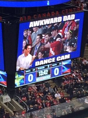 Bästa underhållningen på jumbotronen var Akward Dad-cam! Pinsamma pappor med fantastiska dancemoves.