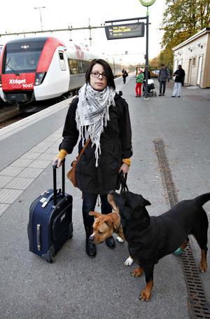 Emmeli Johansson, 26 år, från Sundsvall hade tagit hundarna Lotti och Rocko med sig på tåget.– Vi ska till Borlänge och hälsa på en vän.