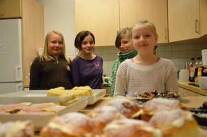 Linn Hjalmar, Fatime Hasani, Ida Andersson och Julia Väisänen stod för försäljingen i kafeterian.