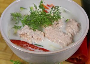 Med inspiration från det thailändska köket innehåller fisksoppan både nudlar, ingefära, fisksås och kokosmjölk.