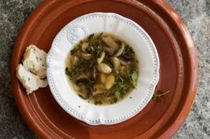 Mandel ger konsistens och smak till en härligt sherrystinn soppa med svamp.Foto: Leif R Jansson/TT