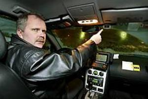 För första gången rånades igår en kameraövervakad taxibil i Gävle. Bilderna har ännu inte analyserats. Magnus Carlsson, vd:n för Taxi Stor och Liten, undrar vad taxibolagens nästa steg i brottsbekämpningen kan bli.\n- Bilarna har larmknapp, GPS, övervakningskameror. Nu måste vi sätta oss ner och fundera över vad mer vi kan göra, säger han. Foto: LEIF JÄDERBERG