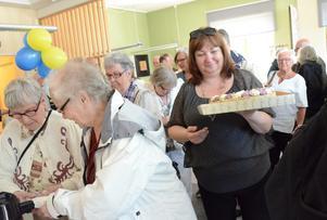 Mera tårta måste fram. Det kom många besökare och Anne Horneman (S) ser till att alla ska få fika.