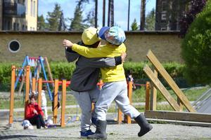 Det är många aktiviteter när barnen på Sidsjö-områdets förskolor är ute och leker. Här är brottas två grabbar lite med varandra.