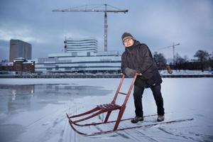 Nils-Henrik Sikku, producent för Umeå2014:s samiska tema och ansvarig för invigningen övervakar förstärkningsarbetet ute på Umeälvens is. Helst ska isen vara den halv meter tjock.
