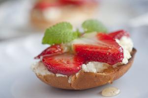 Rostade vanliga vetebullar blir suveränt goda med mascarpone och jordgubbar.