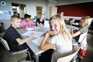 Joline Tjäder och hennes klasskompisar i deras nya fräscha klassrum.
