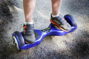 De två sidorna på hoverboarden kan röra sig olika fort och kan rotera i förhållande till varandra.
