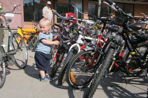 Milton Östberg, 2 år från Stockholm, inspekterade noggrant cyklarna och föll lite extra för en röd cykel med cykelkorg.
