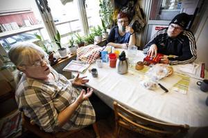 Ulla Jönsson, Gunnel Eliasson och Mårten Anderstig har bara positivt att säga om de nya invånarna i Rossön. Foto: Susanne Kvarnlöf