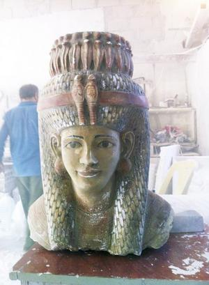 Egyptisk. Basem fick skapa flera konstverk baserade på egyptiska figurer.