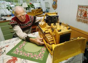 Världens största schaktmaskin tillverkas av företaget Komatsu i Japan och väger 132 ton. Götes modell väger 25 kilo och tog 1000 timmar att göra.