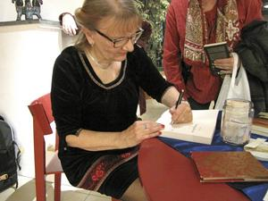 Många ville ha en signerad bok av Aino Trosell med sig hem.