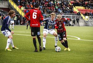 Linus Sjöberg spelade på nytt från start och var en av de piggare i ÖFK. Här är han inne i straffområdet och stör.