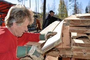 Stapelvara. Jorma Soikkeli och Kari Pälli bär plank.