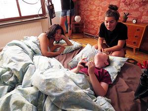 Regissören Isabelle Kågström pratar med skådespelarna Carina Pettersson och Tore Gustafsson.   Foto: Lina Westman