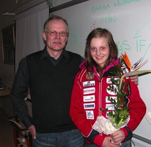 Hyllad. Skidsektionens ordförande i Malungs IF Sten-Inge Eriksson överlämnade blommor till Stina Nilsson som vann allt då Kalle Anka-finalerna avgjordes i Malung.