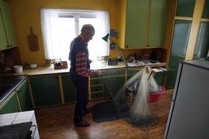 När Lennart Söderhäll inte tränar inför Vasaloppet, fiskar han, lagar nät, ror, hugger ved, cyklar, går stavgång med mera, med mera.