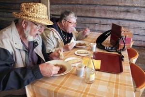 Kålsoppa tillhör traditionen på Ramsjöstämman. Stig Persson och Gerd Olsson har tagit paus från spelandet för att inta soppa.